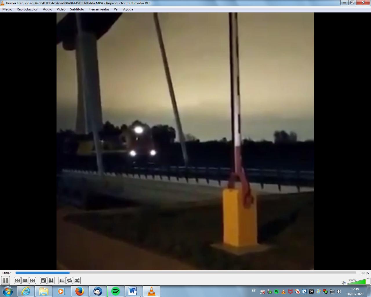 Primer tren que cruza el puente de la nueva Esclusa en el río Guadalquivir