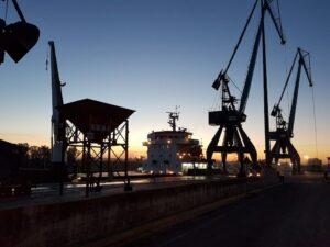 El PuertoDeSevilla aplicará las medidas del Gobierno para el aplazamiento de los pagos de tasas portuarias y la reducción de la tasa de ocupación por la pandemia.