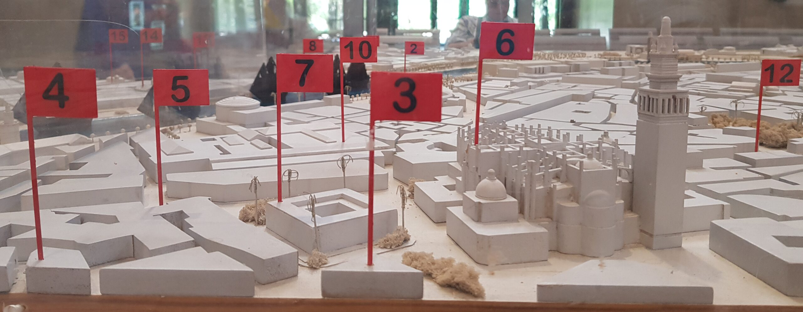 El Aeropuerto de Sevilla y la estación Plaza de Armas muestran la Sevilla de la Primera Vuelta al mundo a sus usuarios con dos exposiciones sobre la gesta de Magallanes y Elcano