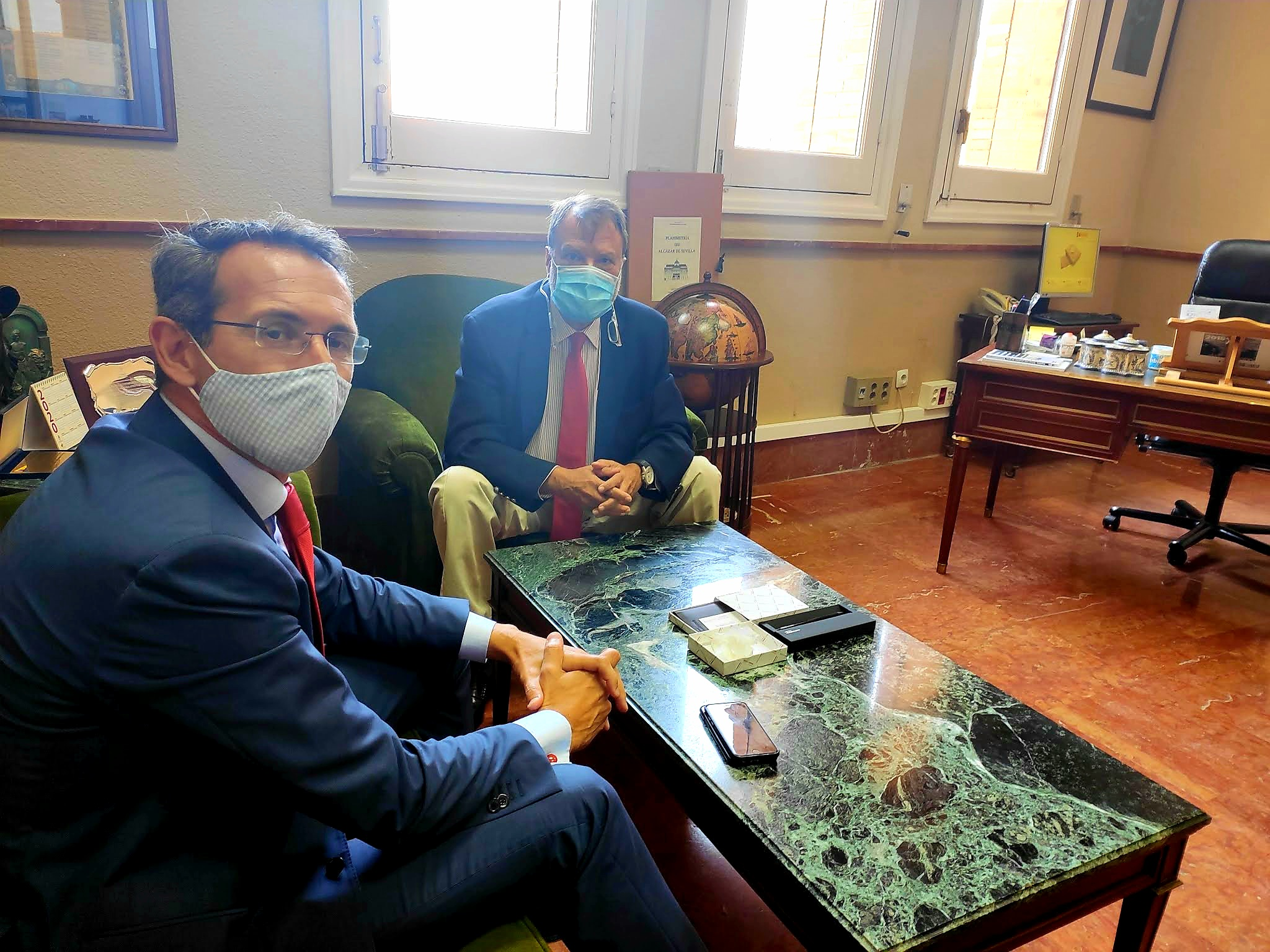 El delegado de la Zona Franca de Sevilla, Alfredo Sánchez Monteseirín, se reúne con el director de la sucursal en Sevilla del Banco de España para tratar temas sobre cooperación y trabajo en común